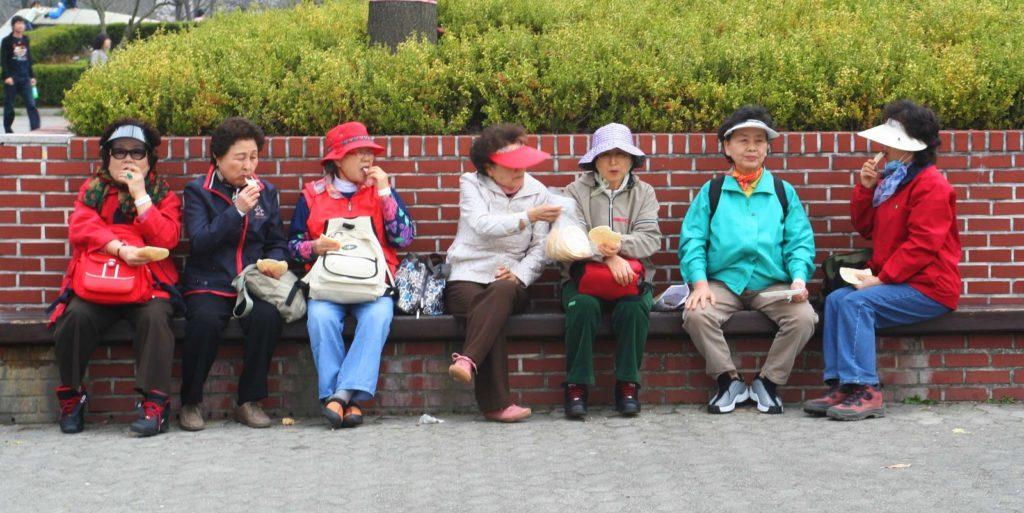 Una banda violenta de señoras mayores con chándal siembra el pánico en la Vía Verde