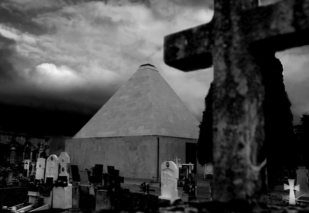 La mirada de Paco Grau i la piràmide del cementeri