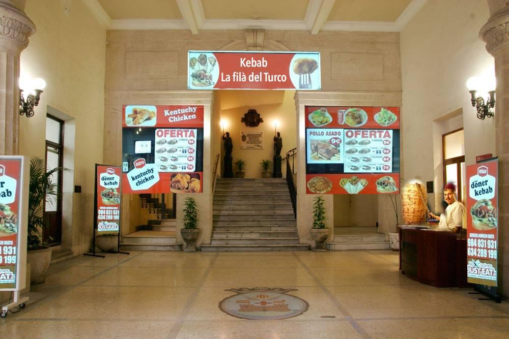 Tras el éxito de 'La LLotja' como salón de banquetes la alcaldía se plantea instalar un kebab en el zaguán del Ayuntamiento