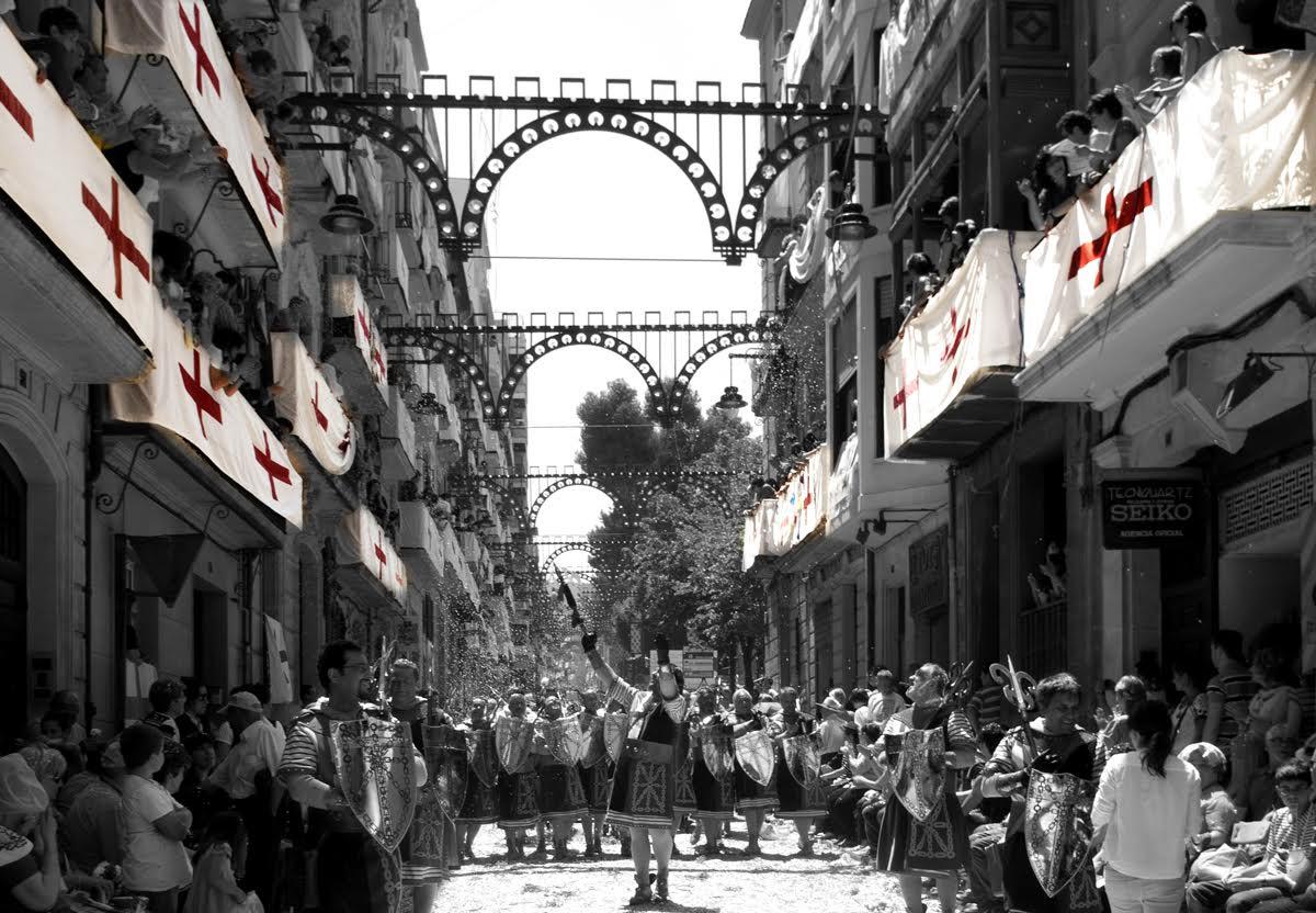 La Subdelegación del Gobierno prohíbe las banderas de San Jorge en los balcones al entender que fomentan el cantonalismo alcoyano