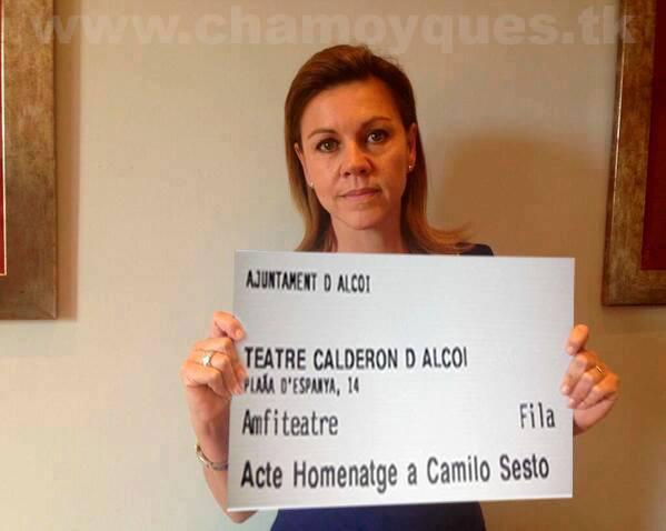 Maria Dolores de Cospedal anuncia que asistirá al acto de homenaje a Camilo Sesto en diferido y, de paso, se ofrece como sargento moro para zanjar la polémica entre la filà Chano y el Casal