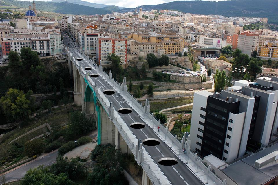 Pese a que los imbornales del puente San Jorge consiguen, por el momento, evacuar sin problemas el agua acumulada, el Ayuntamiento cuenta con un Plan B, ante el posible aumento de las precipitaciones