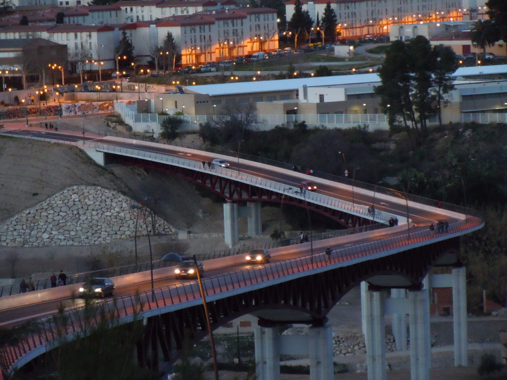 Expertos en física, matemáticas y geometría de todo el mundo debatirán en Alcoy por qué si la línea recta es la distancia más corta entre dos puntos el puente Francisco Aura tiene forma de ese