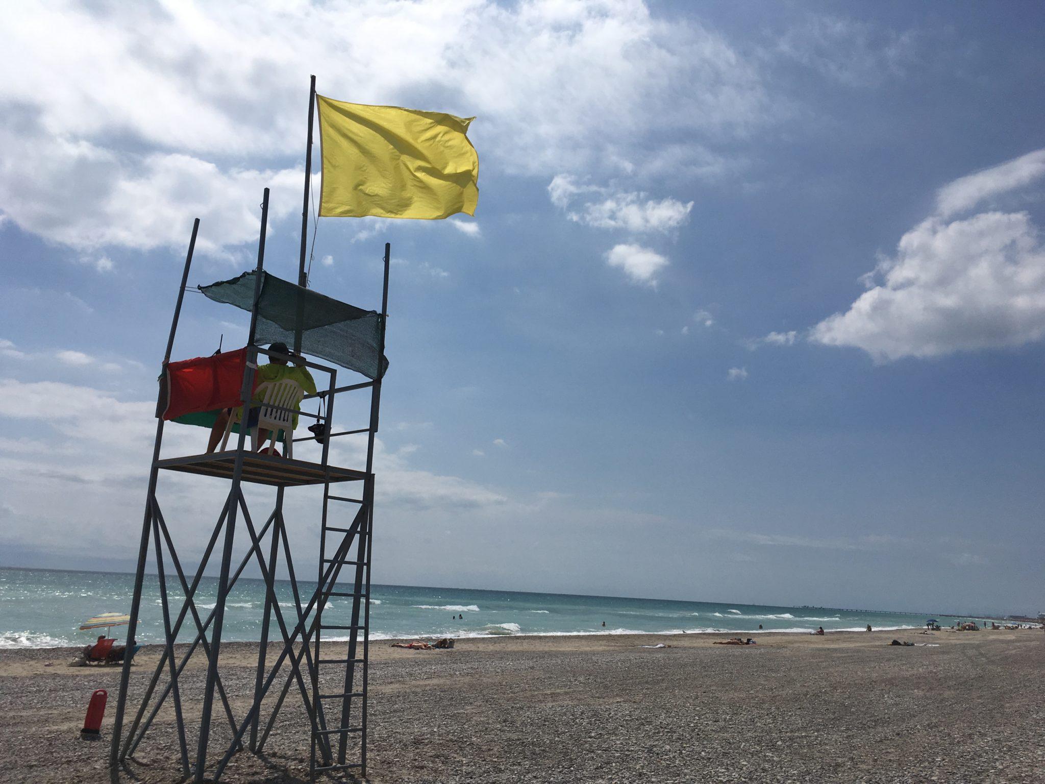 Un colectivo ciudadano de extremo centro limpia de símbolos independentistas el litoral valenciano