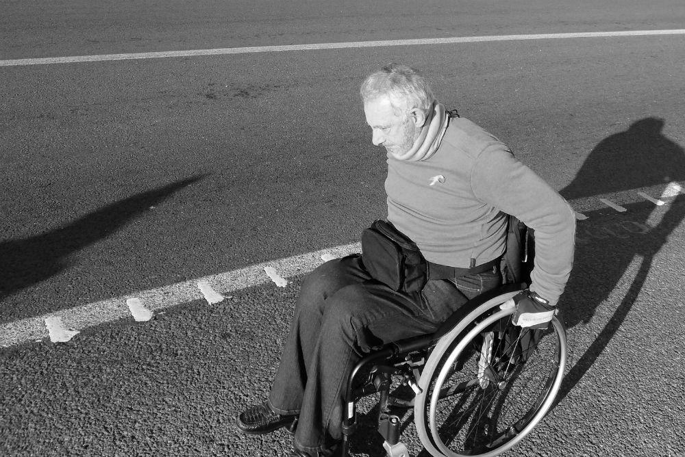 Saial de l'home que camina en cadira de rodes