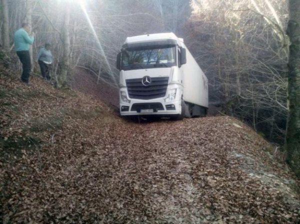 Un camionero de Tomelloso acaba atrapado en la cima del Menejador tras hacerse un lío en las obras de la rotonda de la salida a Alicante