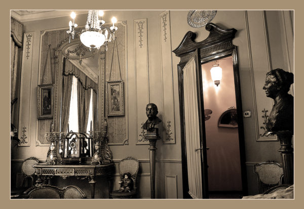 Más allá de la fachada de la Casa del Pavo