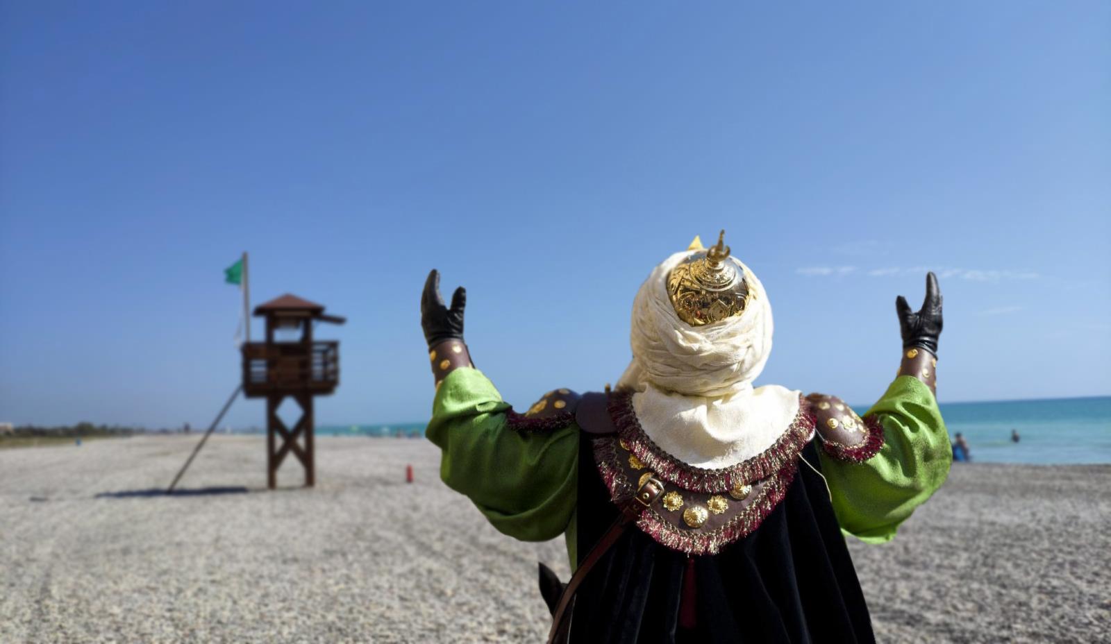 Detienen a un entusiasta festero alcoyano por hacerle una embajada mora a un socorrista en la playa de Canet de'n Berenguer