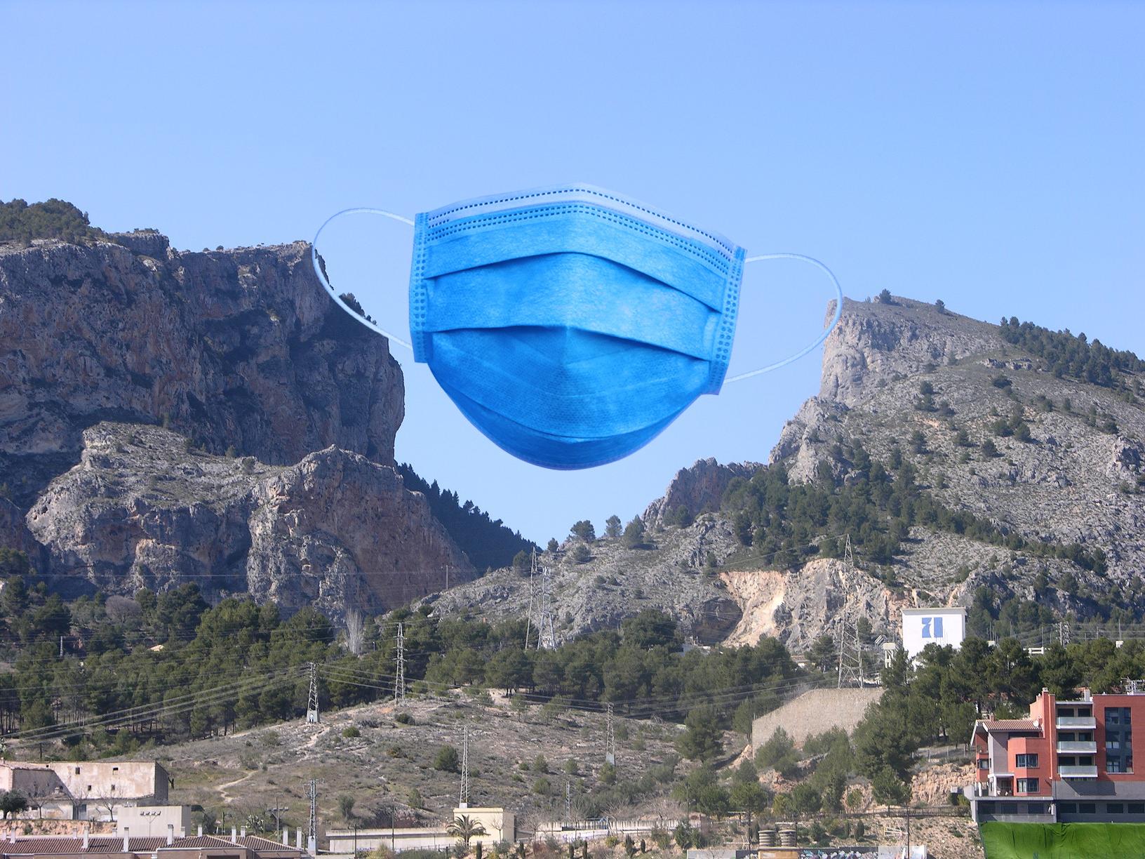 El Ayuntamiento coloca una mascarilla gigante en el Barranc del Cint para impedir la entrada del coronovirus