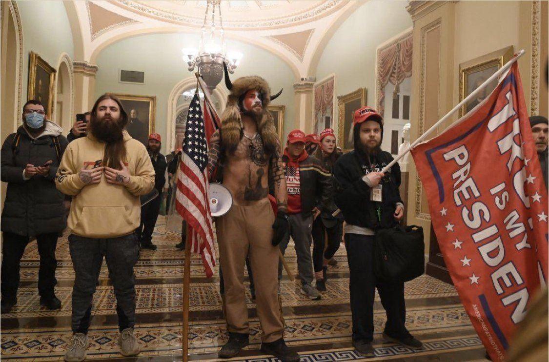 Una escuadra especial asalta el Capitolio para protestar por la suspensión de las Fiestas de Alcoy