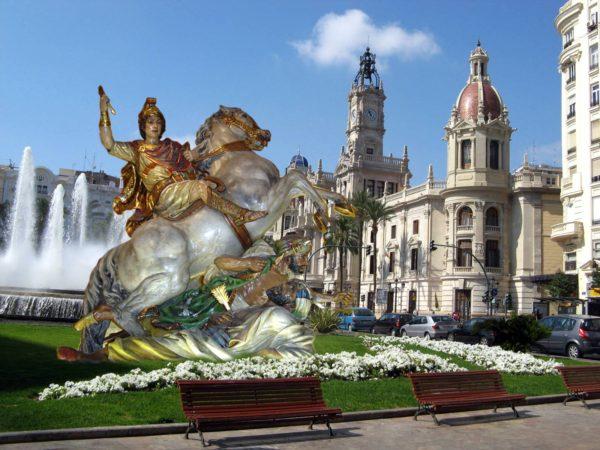Alcoy envía la imagen ecuestre de San Jorge a dar una vuelta por València para devolver la visita de la Geperudeta